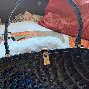 Flot vintage lak taske i imiteret krokodille. Den ene hank har været gået i stykker, men er blevet repeteret og taksen har også fået en ny længere hank.