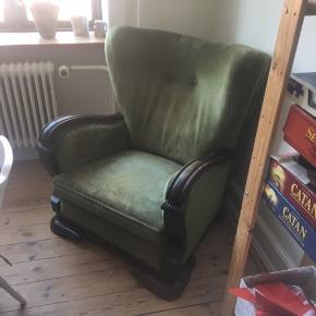 En flot meget komfortabel lænestol. Den har kun kosmetisk slid (se billede 3), men det blender ind i stolens overordnet patina. Har haft meget glæde af den, men er nødt til at sælge den da vi ikke længere har plads.