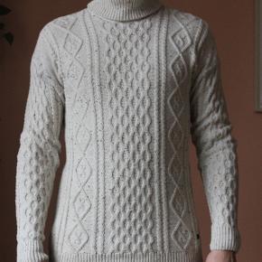 Højhalset sweater i 100% bomuld fra danske Minimum. Aldrig brugt synderligt meget.Jeg er 188 høj, vejer 83 kg. og er ganske normal af bygning.  Kan afhentes i Aarhus C eller sendes på købers regning! Alt tøjet kommer nyvasket!