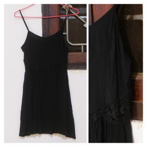 👗Robe noir légère H&M dividedDécoration broderie noire sur les côtés 🔷️Taille XS