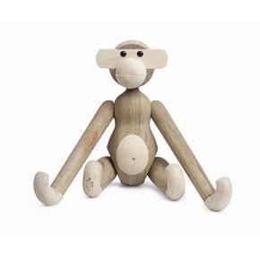 Fin abe i eg 🙊  Har ingen skrammer/skader. Har desværre ikke kassen længere - den har stået til pynt.  Aben er ikke en mini - men den str der kommer lige efter! Mener det 19x19.
