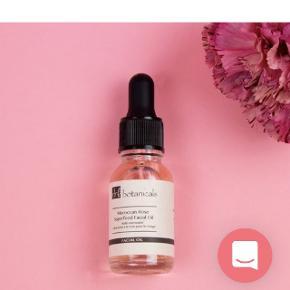 Dr. Botanicals olie til ansigtet Olie sprængfyldt med mineraler og vitaminer, som sammen vil fornye, beskytte og gennemfugte din dejlige sommerhud.  Påfør tre dråber på afrenset hud efter dit serum.  Brugt 2-3 gange