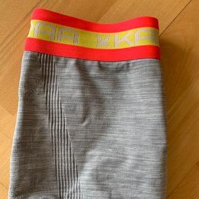 Kari Traa Kristina tights. Lysegrå med kulørt elastik bånd i toppen. Størrelse XS/S. Kan afhentes i nærheden af Aalborg eller sendes :-)
