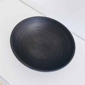 Smuk sort skål fra det bæredygtige brand YUME på Nordhavn. Måler cirka 20 cm i diameter. Få brugstegn. Nypris 200.  Søgeord: HAY, Illums Bolighus, Royal Copenhagen, Muuto, Menu, Ferm Living