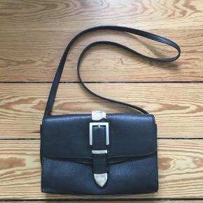 Fed sort skind taske fra Cala Jade modellen Ibis. Den måler 26 x 16 cm. Stroppen er justerbar i 2 længder, og kan også tages af. Spændet er lidt ridset ellers er der ingen brugspor.  Nypris 3200kr
