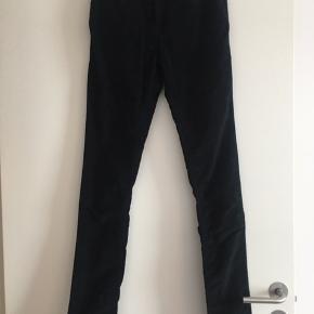 Sorte velour bukser i str 26/34 med meget stretch. De er aldrig brug da jeg ikke har fået dem lagt op. Modellen er slim fit og højtaljet  Lommer som man finder på jeans.  Kan sendes på købers regning  Ny pris 899kr