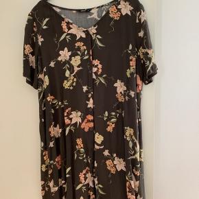 Sød og enkel kjole med knapper foran fra Only. Med blomster på
