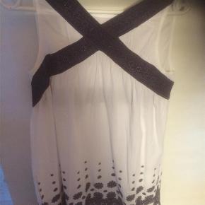 Varetype: kjole Størrelse: 1 Farve: Hvid/blå  fin kjole uden ærmer,med fint blåt mønster