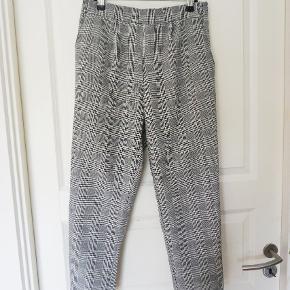 Ternede bukser, som aldrig har været brugt. Sælges udelukkende da de desværre er lidt for korte til mine (meget) lange ben.  Fra ikke-ryger hjem.  Prisen er sat lavt og er fast, da jeg ikke gider at prutte priser (er dog villig til at give lidt rabat ved køb af flere ting fra mig)   Kan afhentes i København.  #tern #plaid