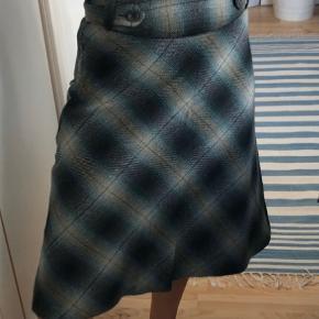 Rigtig fin vintage nederdel i grønlige nuancer. Meget fin stand.