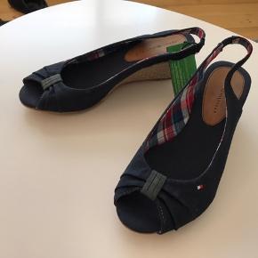 Marineblå sko med kilehæl.