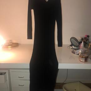 Sort lang stram tætsiddende kjole fra Mango. Kan passe alt fra en xs-XL, da der er en god elastik i den. Tjek mine andre annoncer ud!👠