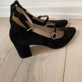 Fantastisk flotte sko fra Roccamore med 5,5 cm blokhæl. Brugt to gange, men jeg måtte desværre konstatere, at jeg har købt dem en størrelse for lille. Derfor sælges de nu billigt. Det er den model, der hedder Lovely Lilli i udgaven med hælrem.