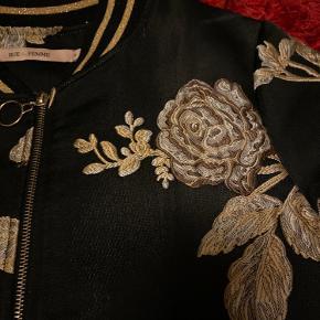 Utrolig smuk jakke fra RUE de FEMME med guld blomster.  Brugt 2-3 gange. Str. Small men tænker at den også passer en str. Medium.