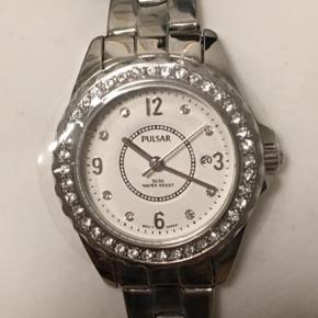 Rustfrit stål ur sælges.  Det er aldrig blevet brugt og ligger i original kasse og der er beskyttelsefilm på hele uret. Uret er vandtæt ned til 50 meter.  Ny pris: 895 kr Prisen kan evt. Forhandles 😊