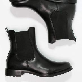 Skoene er i god stand, men den ene sål er klippet i. Jeg er åben for bud