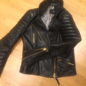 Den lækkerste bikker læder jakke fra day Birger et Mikkelsen . Brugt max 3 gange  Den passer også en smal. Rigtigt god kvalitet . Ny pris 4000 Sælger for 1800. Du er velkom  til at give bud.