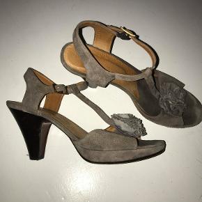 Højhælede sko fra Chie Mihara i en sart grå/lilla farve. Skoene har været brugt få gange