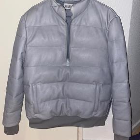 """HAN Kjøbenhavn Grey Bulky Leather Jacket En af mine yndlingsjakker - som ik bliver lavet igen - men må nu sige farvel. Fitter M-L. Der er nogle små """"buler"""" på skulderen, men udover det fejler den intet og er blevet passet godt på gennem årene.  Prisen kan diskuteres, BYD endelig :)"""