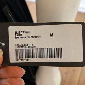 Nej, den her smuk nederdel er IKKE en Theyskens Theory, men en Elie Tahari, the founder of Theory brand. Desværre, tradono har hverken Tahari eller Theory på brand listen, derfor Theyskens Theory er den tætteste på. aldrig brugt, med pristag på.  smuk og så 1950- erne inspireret design. str M, super elastisk. byttes ikke.