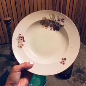 9 dybe tallerkner og 8 tallerkner med guldkant og blomstermotiver. Sælges for 400kr samlet.