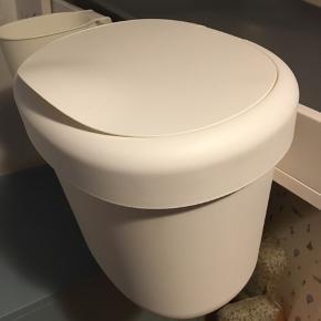 ÖNSKLIG affaldsspand med tilhørende krog så den kan hænge på puslebordet. Men den kan også stå seperat.  Mål:  - H: 23 cm