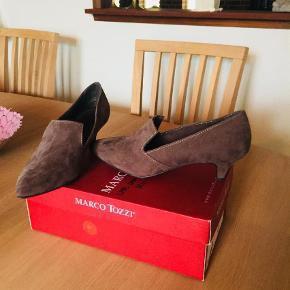 Varetype: Heels Farve: Brun   Fine små sko som er utrolig komfortable at gå med. Flotte til enhver lejlighed.  Dejligt skind og god kvalitet.  ☺️