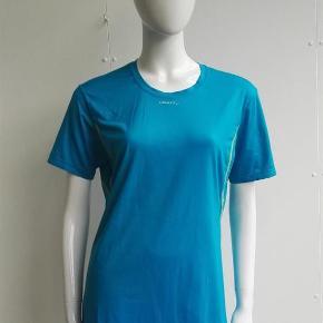 Varetype: T-shirt, løbebluse, løbet-shirt, l1 ventilation, sportstøj, løb, fitness Størrelse: Medium Farve: turkis, lime Oprindelig købspris: 299 kr.  Hej og velkommen. Jeg bliver glad, hvis du læser annoncen.  Beskrivelse: Sports t-shirt fra Craft, med L1 ventilation.   Størrelse: M, medium, 38 Mål:  Længde: 69,5 Bryst: 52 x 2  Materiale: 91% polyester, 9% lycra Mærke: Craft Nypris: Nyprisen er estimeret Vægt: 116 gram  Porto: Sendt med DAO: 37 kr. (2019 pris). Pakken kan veje op til et kg for den pris. Hvis der er andet på min profil du ønsker at købe med, koster det ikke ekstra i porto. Mine annoncer er delt op i kategorier, dvs. alle jeans/jakker etc. er samlet ét sted på profilen, så du let kan scrolle.   Andet: Mine annoncer er til salg indtil de er solgt og jeg lukker dem. Dukken jeg bruger er ca. en xs/s. Prisen er fast.   Jeg glæder mig til at handle med dig!  Venligst   Sophie