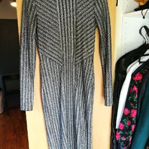 Tætsiddende kjole fra H&M med sølvglimmer/tråde. Brugt én gang  Kjolen er som ny og fejler intet. Kan også passe af en str. S