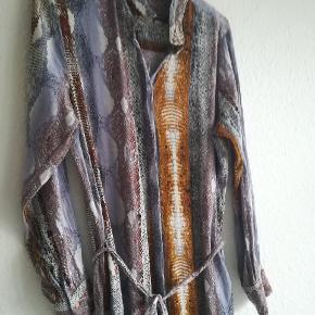 Fin kjole i 100% viskose sælges. Kan knappes helt op og kan bruges som kimono. Mangler en knap øverst som kan ses på det sidste billede.