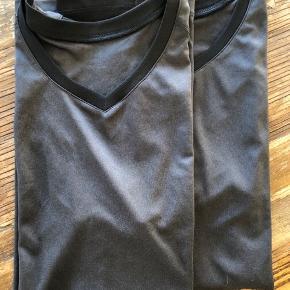 Sports/Træningstøj  Admiral (en med ærme og en uden) - 50 kr. stk. H&M sports bluser uden ærme - 50 kr. stk.  Sorte Puma shorts - 75 kr.  Blå W.A.C wearecph - 75 kr.  Sorte JBS swimwear shorts - 75 kr. Sender gerne ..