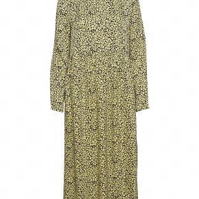 Super fin kjole fra samsøe samsøe, min er identisk med billedet og har ingen tegn på brug. Dog kunne den trænge til, at blive strøget.  Størrelsen er small, men passer også til en medium 😊