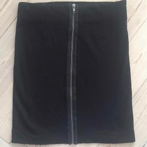 Varetype: ny nederdel Farve: sort Oprindelig købspris: 400 kr.  Str. m men lille i str. svarer til str. xs. Ikke brugt, kun vasket.  Bytter ikke