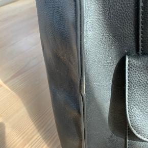 Fin taske som har været brugt til skolebrug. Den fremstår fin, men der er også lidt brugsspor/slidtage som ses på billederne🌻