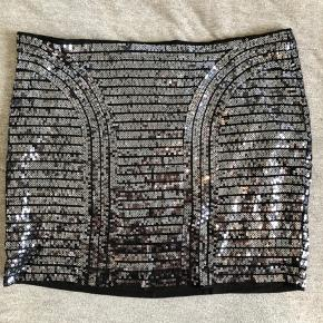 Paillet-nederdel i sort/sølv.   Afhentes i Aalborg eller sendes mod betaling af porto