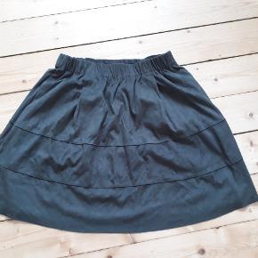Læjker nederdel fra PIECES udøfrt på samme måde som den populære KIA nederdel by Moves. To KIA by Moves nederdel haves og sælges også