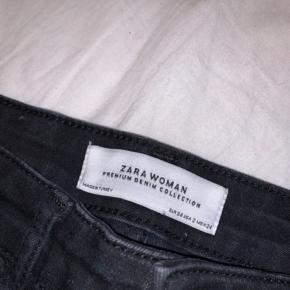 Sælger disse lækre bukser fra Zara  De er brugt få gange, og vasket få gange. Sælges da jeg dsv ikke kan passe dem længere... kom evt med et bud😊 modellen er den samme som på billedet, farven er dig en anelse mere forvasket look