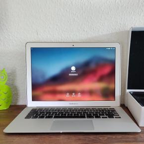 """Fin og velholdt MacBook air fra 2010, men købt fra ny i 2014. Med 13"""" skærm. I god og velfungerende stand. Med Mac os x High Sierra styresystem og med Microsoft Office. Med hurtig Intel processor, 4 GB RAM, SSD harddisk med 256 GB plads, DK tastatur, indbygget WiFi, Bluetooth og facetime kamera og mikrofon. Er i super flot kosmetisk stand med kun een enkelt lille bule i det ene hjørne, men fremstår ellers nærmest som ny!  Klar til brug og sælges incl original emballage med original Apple oplader og stik. Kvittering følger med.  Batteri kunne være bedre, men nogle timer kan det sagtens klare stadigvæk :-)  Model A1369"""