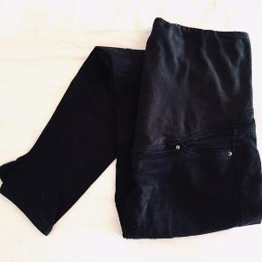 2 for 1 ! Sorte Mama Skinny Jeans.  To par jeans, det ene par har en lille rift i stoffet bag på ryggen. Dog ikke noget man kan se når de er i brug 👍🏼