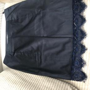 Fon nederdel fra Costummade. Passer str. 38.  Med lommer og lynlås i siden. Der er lidt stretch i udover det tror jeg det er satin eller polyester.   Se gerne mine andre annoncer med lækre mærker🌸🌸🌸🌸