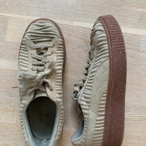 Fede puma sko, med guldstykker i sålen. Lun indvendige brugstegn, ellers som nye, se billede.