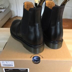 Spritnye Chelsea boots fra dr. Martens købt sidste år, men aldrig brugt. Imprægneret med læderfedt.  Kvittering haves.  Kan afhentes på Østerbro eller sendes.