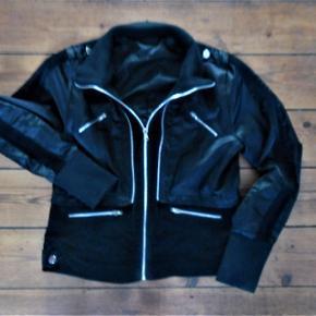 sort jakke biker stilsatin og fløj pinup stil