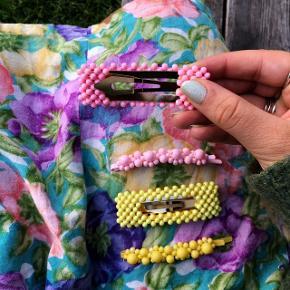 Fineste perle hårspænder i farver. Prisen er pr stk.