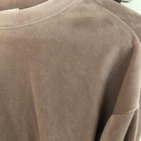 Lækkert blødt h&m comfy sæt sælges samlet. Bukserne er str M med elastik i taljen, så kan også passes af L/XL. Blusen er S men kan også fitte M/L.