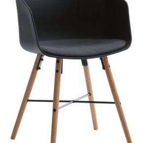 Sælger 2 spisebordsstole fra Jysk mærke kalvehave  De er næsten som nye da vi har siddet i dem max 5 gange - sælges pga at vi hellere vil have en bænk til vores spisebord  Skal hentes i Roskilde på 2 sal