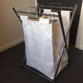 Vasketøjskurv der kan klappes sammen og pakkes væk. Stativ: 46,5*40 cm og 72 cm høj Posen: 41*30,5 cm