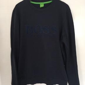 Som ny. Læg mærke til Hugo Boss mærket vævet ind foran på sweatshirten.