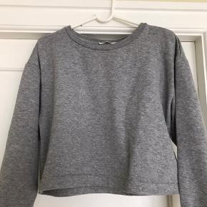 Flot Zara cropped sweater i let materiale. Lavet af økologisk bomuld. Går super godt til et par højtaljede bukser eller som del af et lækkert sweat-sæt.