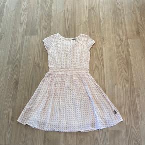 Super sød kjole i rosa/hvid med knapper i ryggen Str. 122 Købspris 450.-